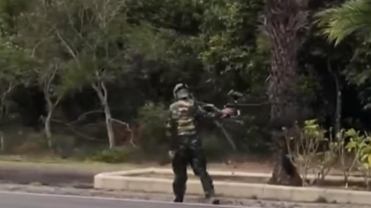 墾丁大街外 漆彈玩家路邊嬉戲 車呼嘯過險象環生