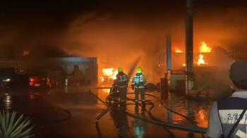 高雄大寮塑膠工廠火警 深夜濃煙直竄天際
