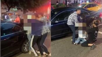 紫衣男「馬路施暴」抓女撞車門 跳針狂喊:跟我道歉