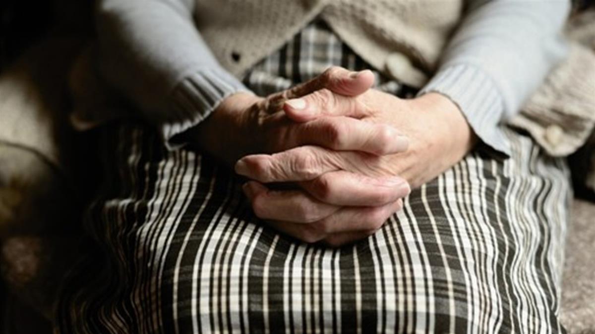 下面狂飄超臭魚腥味 80歲嬤「子宮掉出」用手塞回去感染了