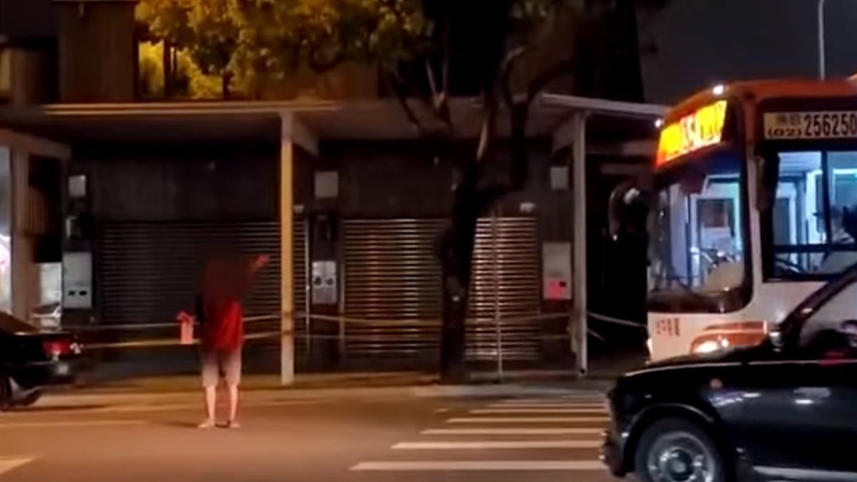 台中街頭恐怖景象 詭男肉身擋公車狂黏玻璃