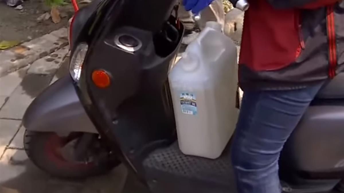 水資源中心淨水產再生水 民眾排隊載免費水