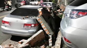 倒車撞倒圍牆壓4轎車 肇事報案承諾賠償