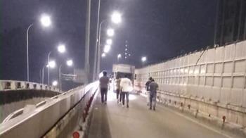 天兵女開到沒油「癱瘓匝道」 7勇男接力推車