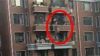 激情一半被抓包!小王裸逃掛5樓陽台 下秒失足墜地