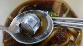 連鎖餐飲店外帶牛肉麵 湯匙一舀撈到水龍頭「起泡器」