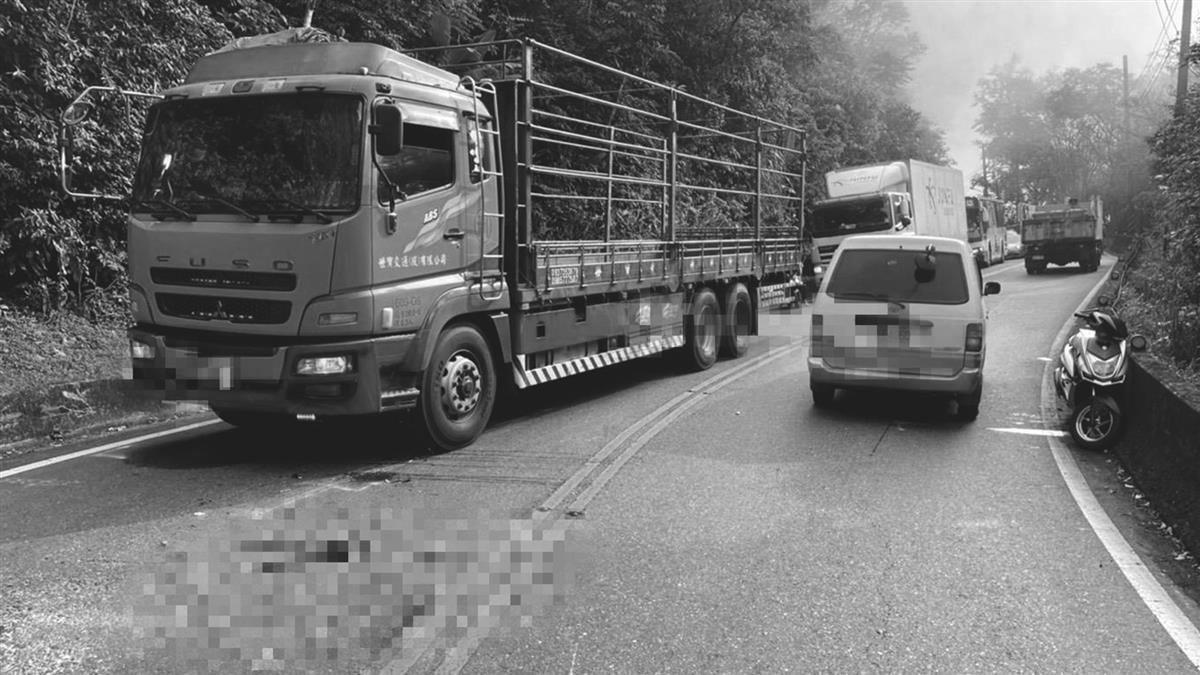 快訊/連假首日北宜車禍 騎士過彎噴飛卡貨車底命危