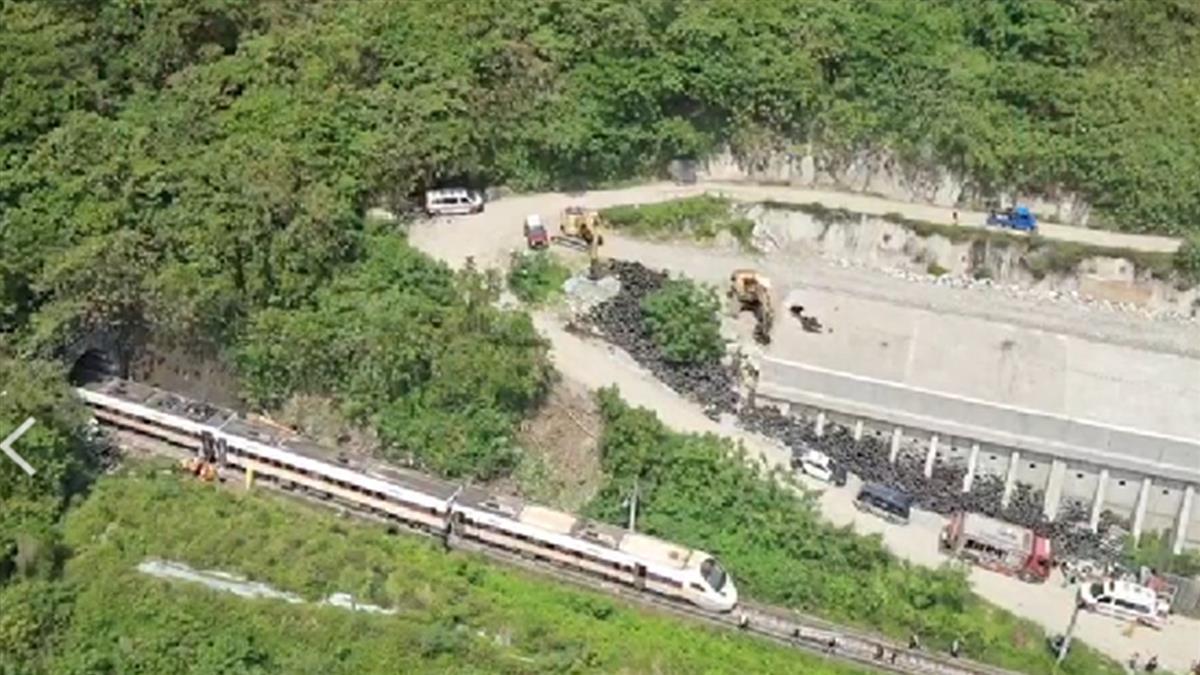 空拍畫面曝!工程車10米高邊坡滑落 太魯閣號出軌41死