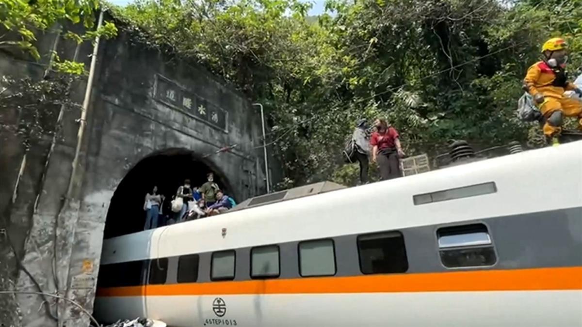太魯閣號出軌全車斷電 民眾濺血爬出車頂脫困