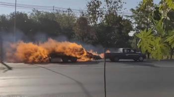 卡車載乾草堆「噴火猛燒」 駕駛加速狂飆到空地滅火