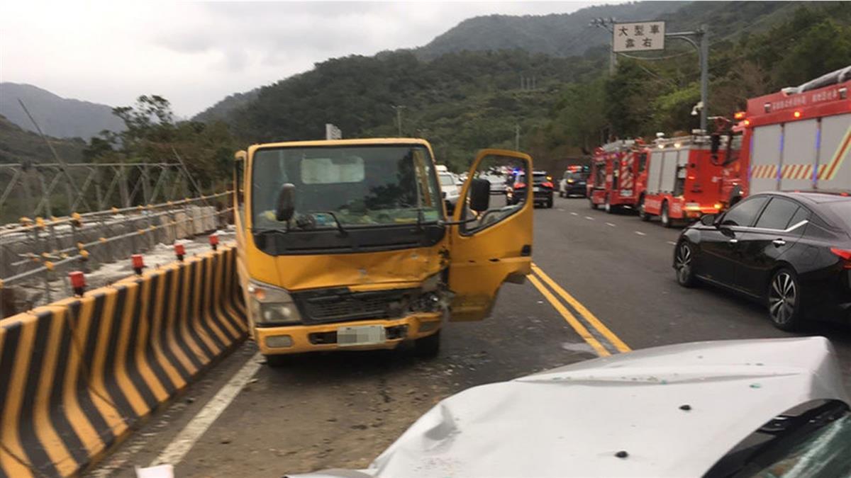 休旅車撞台9線拓寬工程車  7人受傷無生命危險