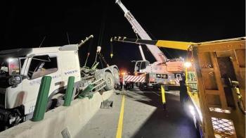 台61西濱又出事!3輛拖板車撞一團 駕駛受傷送醫