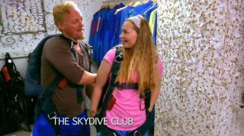 空中跳傘激戰重摔 壯男憂:滿足不了女友