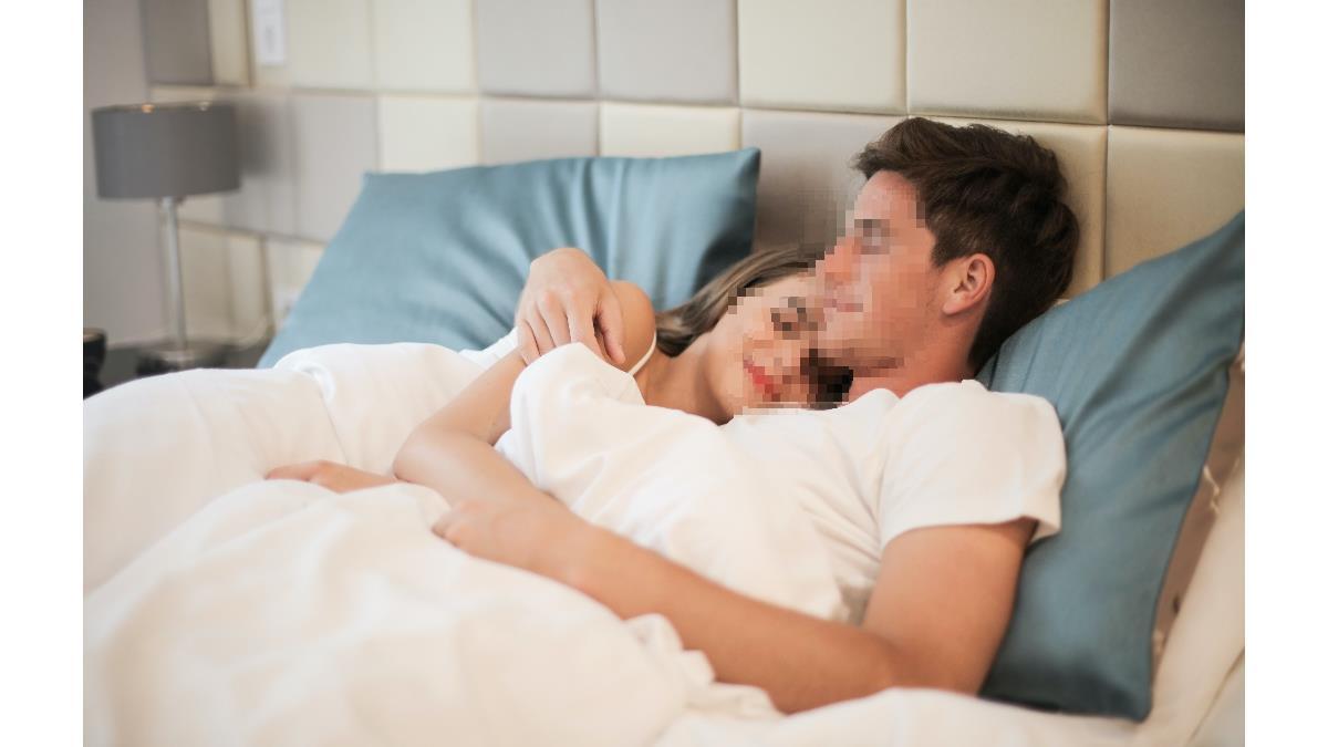 起床驚見陌生裸女爬床睡死 他氣炸報警被吐口水