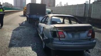 快訊/市民大道高架火燒車!轎車追撞小貨車 上班塞慘了