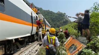 工程車卡鐵路!過來人1反應救場 列車秒降速行駛