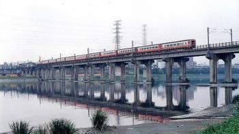 台鐵史上最慘案! 新店溪火燒列車 乘客帶2物釀64死