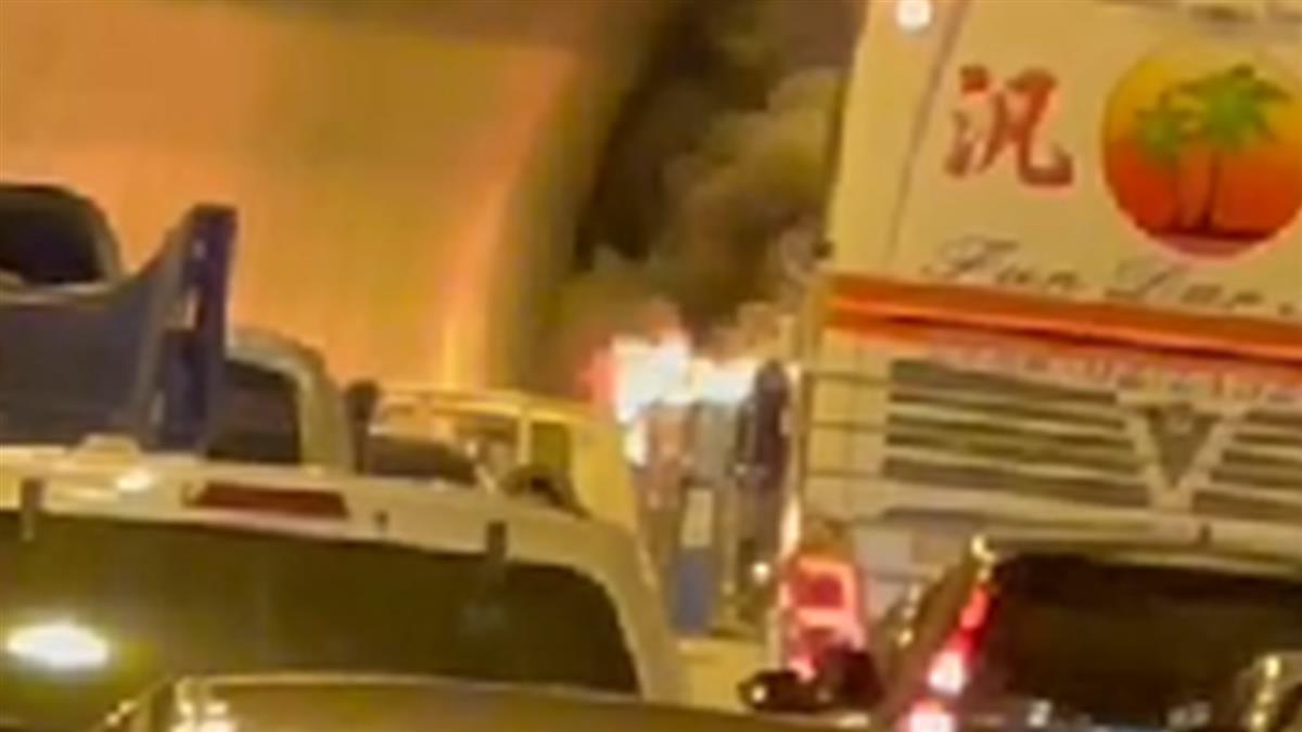 快訊/國3南下轎車「燒成火球」 新店隧道一排下班車塞爆