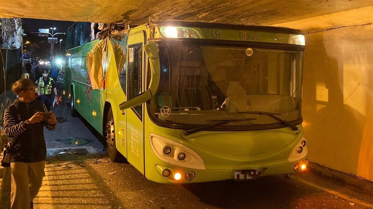 快訊/台南雙層客運狂衝地下道 駕駛座上方全撞碎變形