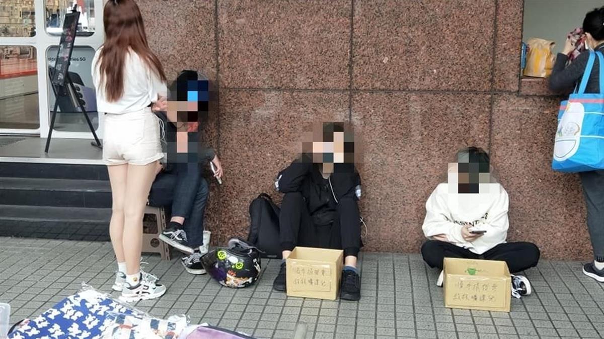 3男1女坐路邊乞討 網看「救救曠課兒」箱子怒:別擋路!