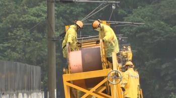 台鐵冒雨搶修!軌道重鋪完成、工程車搶修電纜