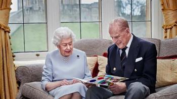 英女王婚事曾被反對 13歲相識菲立普親王「眼睛離不開他」