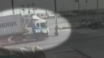 聯結車闖燈路口撞機車 騎士摔慢車道昏迷