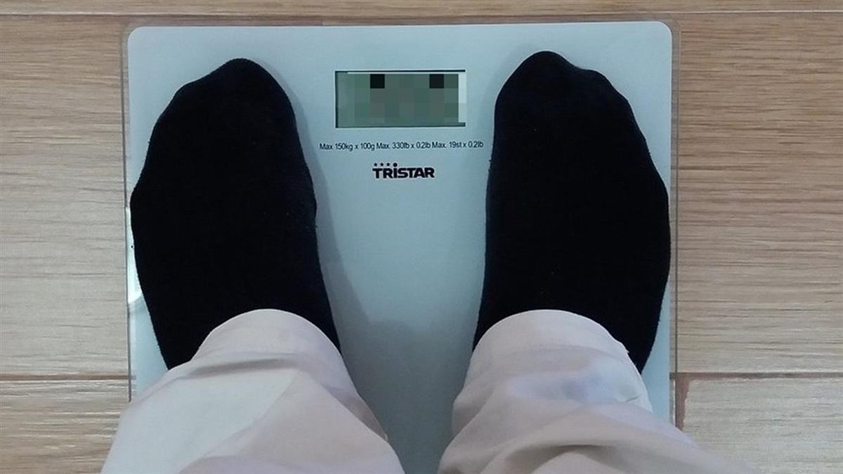 體重超標「被扣薪4萬3」 他崩潰哭訴:已經瘦了15kg
