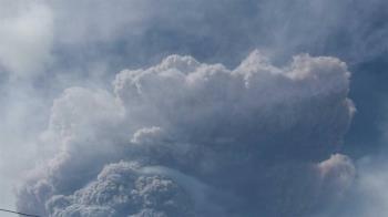 聖文森火山休眠40年大噴發 煙灰衝8公里高空「2萬人急疏散」