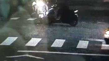 2機車對撞!遭後方逆向小貨車追撞 2騎士受傷送醫