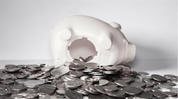 8歲女補貼爸媽買房砸豬公  網看紙鈔狂噴:比我有錢