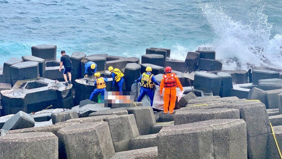 快訊/基隆外木山驚見男浮屍 警消緊急打撈上岸