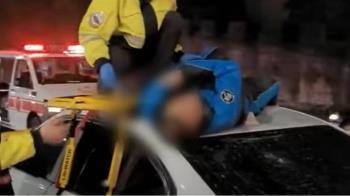 BMW轎車逆向撞飛機車 騎士左肩疑骨折躺車頂