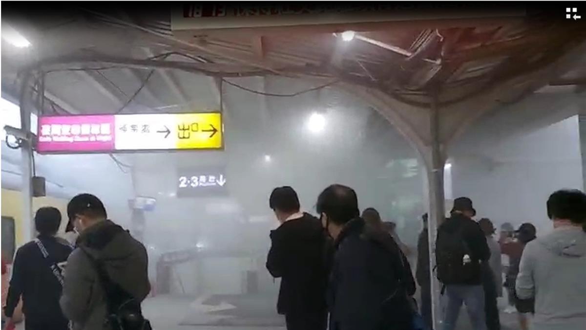 驚!車齡逾30年自強號 抵中壢站突竄白煙、火花