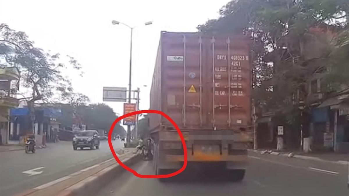 活夠了!女騎士硬鑽貨車縫 右腿被夾斷卡車輪