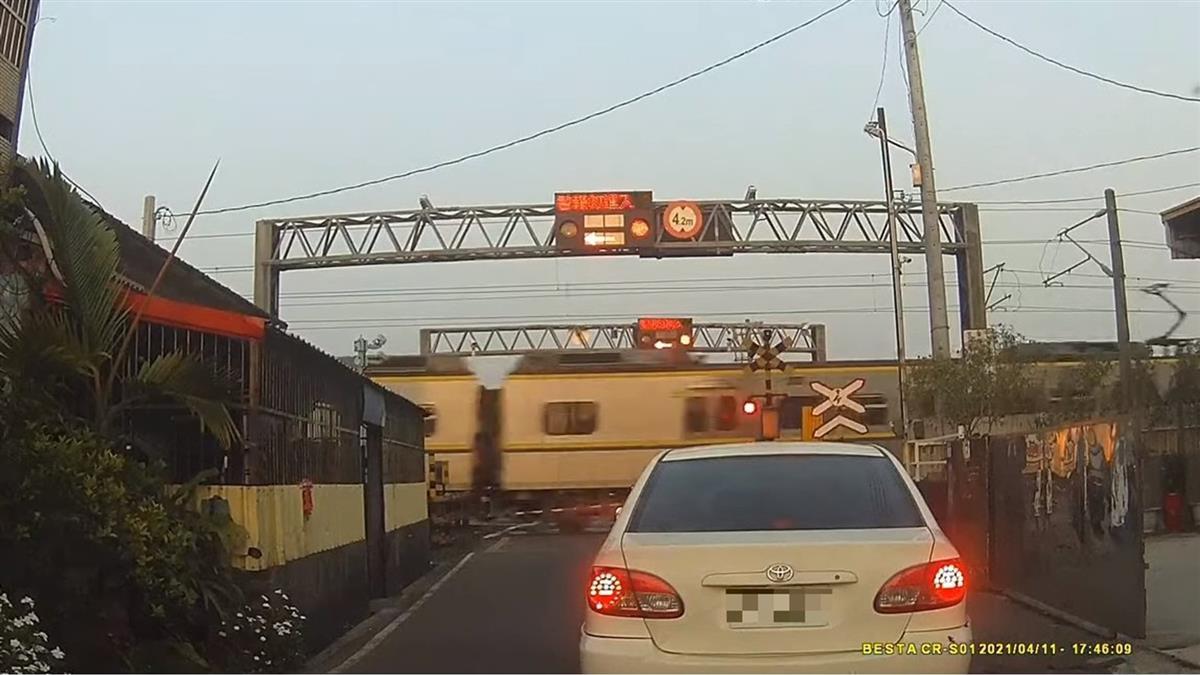 台鐵柵欄升起又秒放 休旅車卡軌道驚險