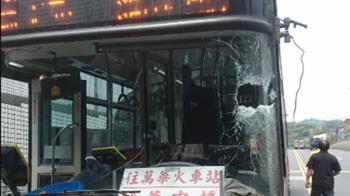 快訊/天外飛來水管「刺穿玻璃」 公車司機受傷送醫