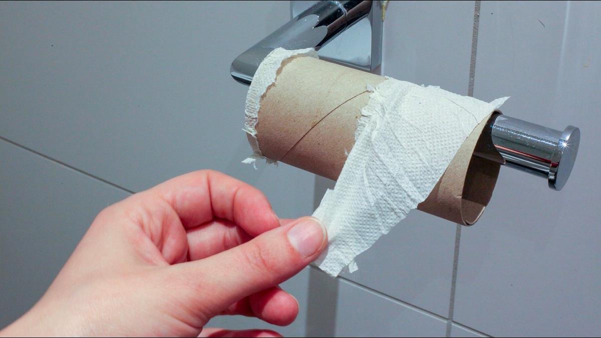 上班蹲廁所「50小時」慘被扣薪!實習生氣炸嗆公司:沒講不能去太久