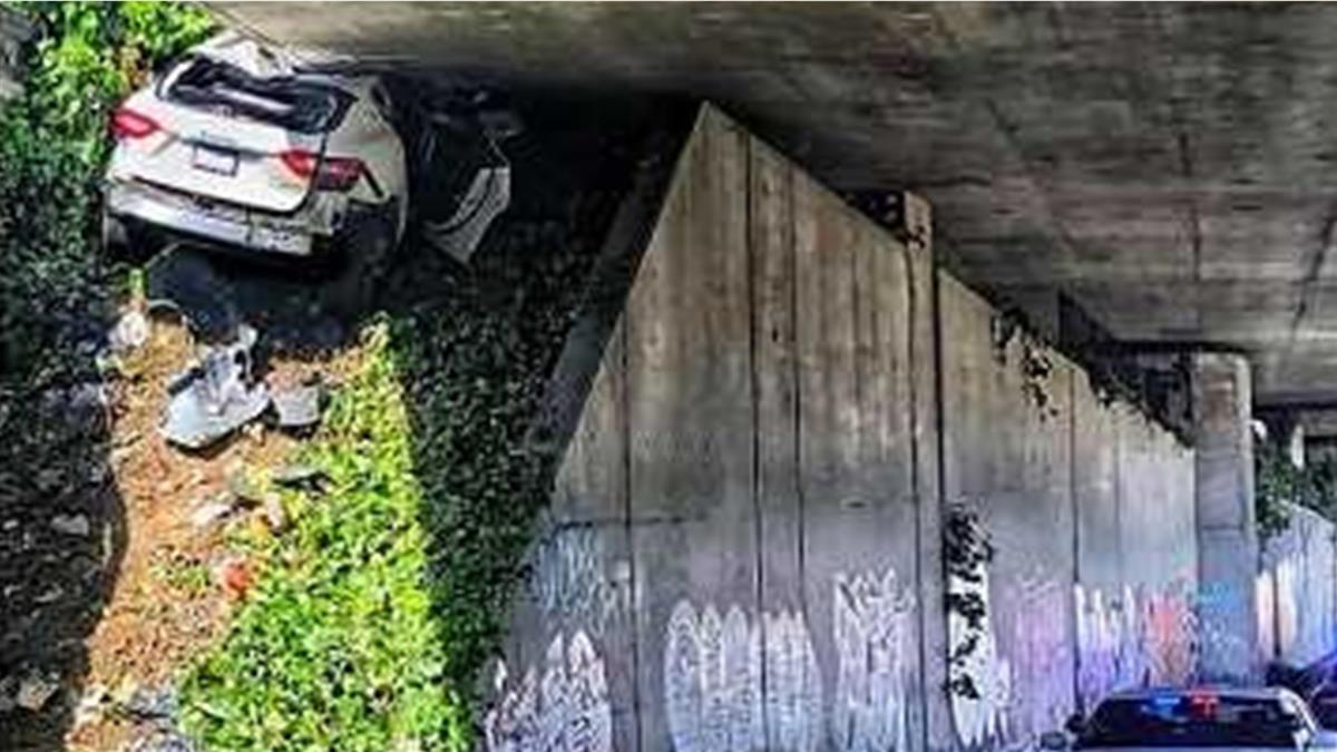 瑪莎拉蒂高速公路「超速狂飆」 閃攔檢撞橋墩慘了