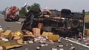 國道小貨車自撞翻 麵條醬料灑滿地 駕駛噴飛路中