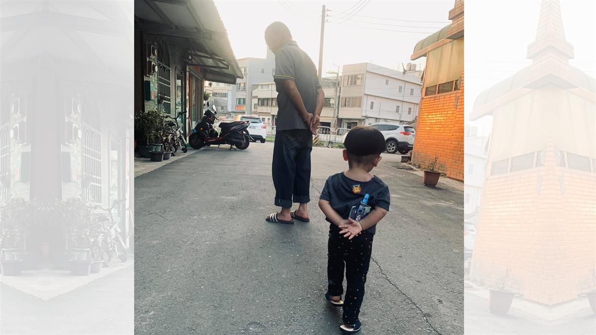 孩子走路姿勢洩「阿公帶大的」 2.5萬人一看笑翻