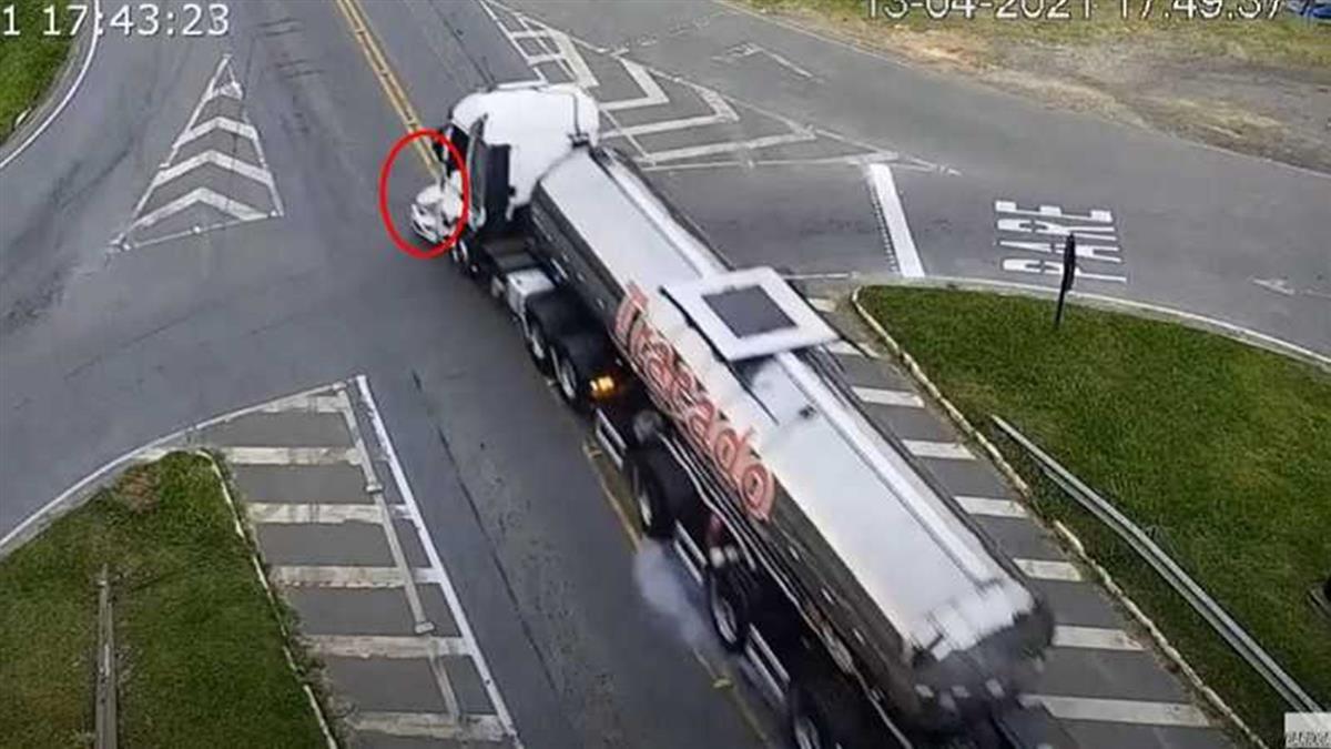計程車遭「油罐車、巴士夾擊」 火光瞬間爆出駕駛慘亡