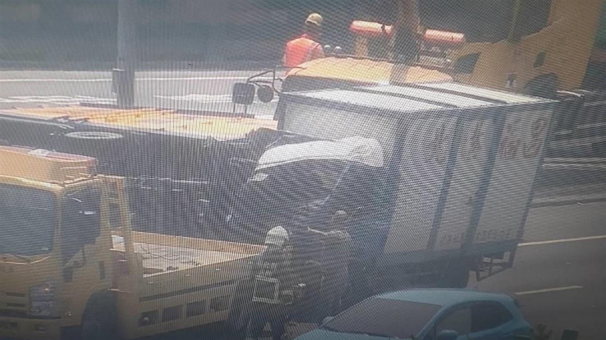 快訊/國道1號3車連環撞!小貨車翻覆2人傷 車流回堵10公里