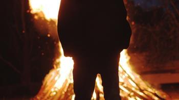 小王不爽人妻回頭找尪 怒淋汽油火球狂燒成焦屍