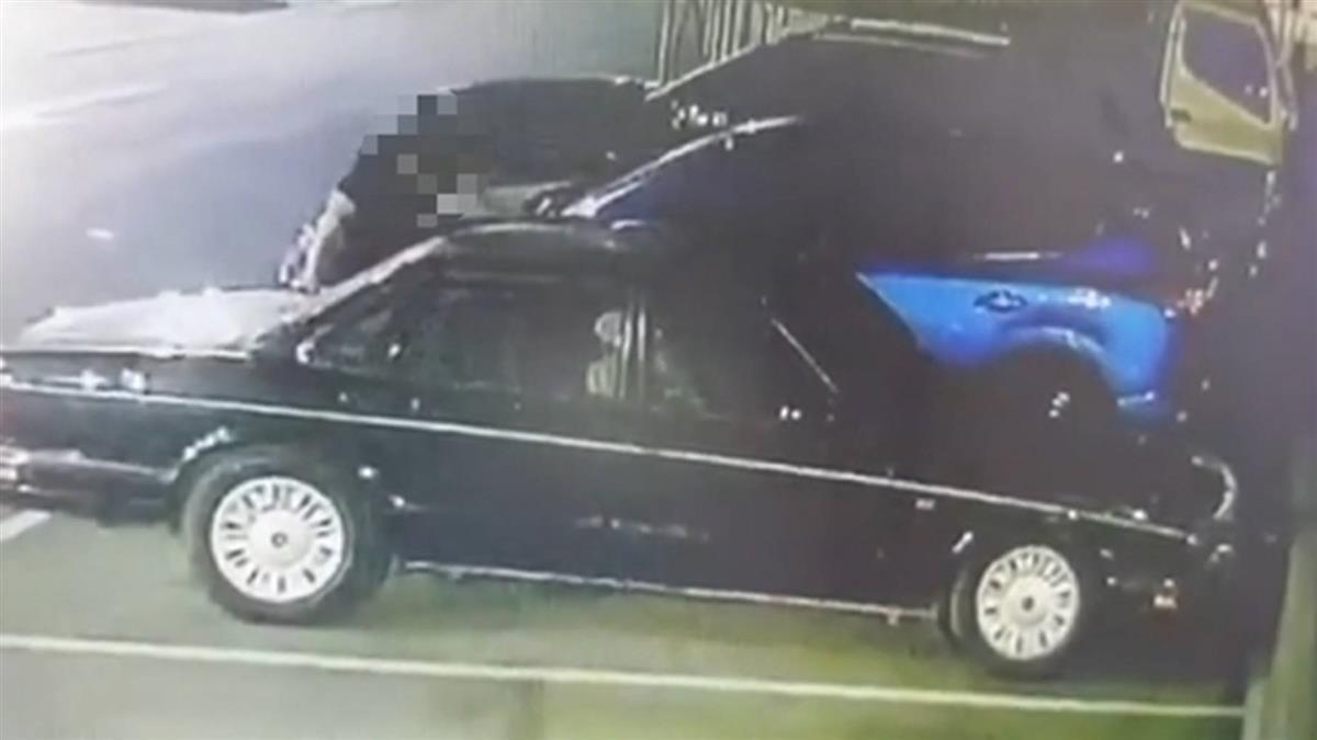 黑衣男大鬧停車場!破壞柵欄、踩凹引擎蓋 眾車主氣炸