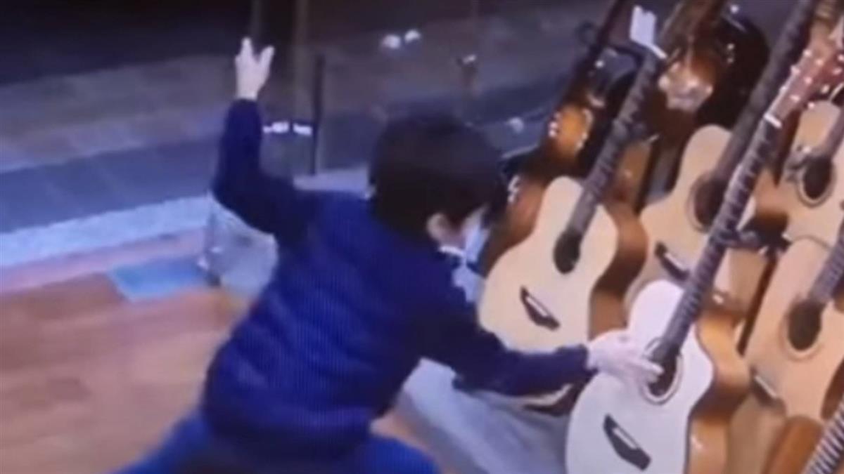 「入店偷彈一下吉他就跑」老闆鼓勵超害羞小男童
