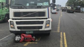 快訊/高雄25歲女騎士遭砂石車衝撞 捲車底慘死