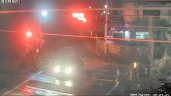 台鐵又有事!女駕駛開一半平交道燈亮起 下秒遭火車擦撞