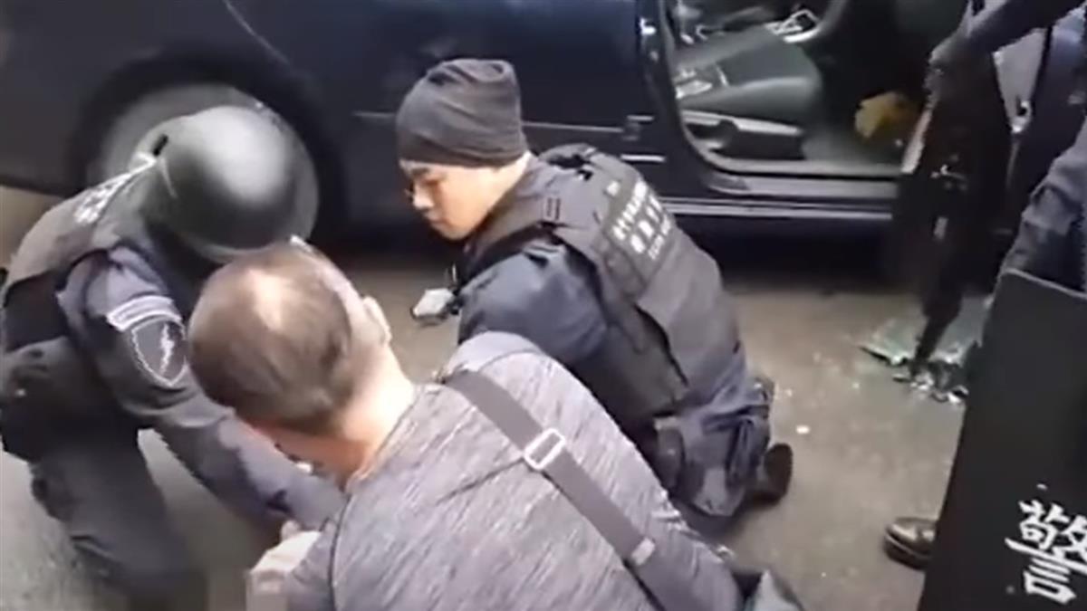 險!中市警圍捕毒販 嫌倒車欲衝撞 警破窗逮