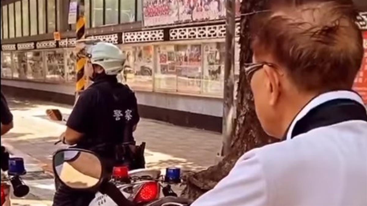 敵不動我不動!阿北沒戴安全帽停紅燈 前面就是警察